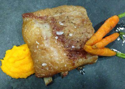 Costella de porc cuita a baixa temperatura amb pastanaga i oli de romaní