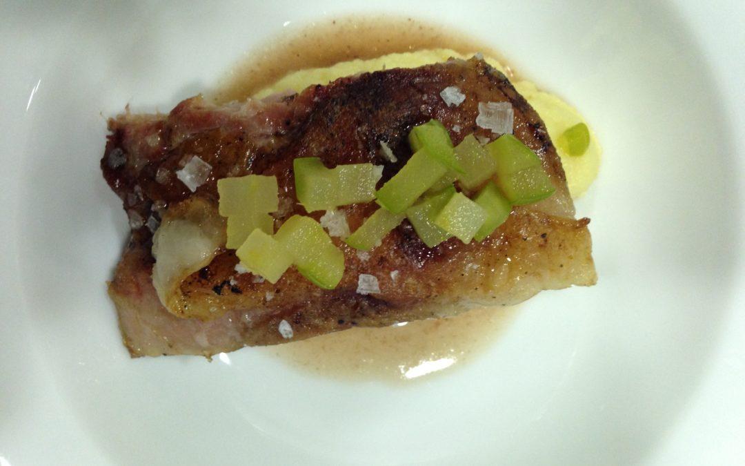 Costella de porc cuita a baixa temperatura amb puré de celerí al safrà i poma àcida