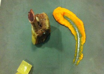 Costella de vedella cuita a baixa temperatura amb pastanaga i brou