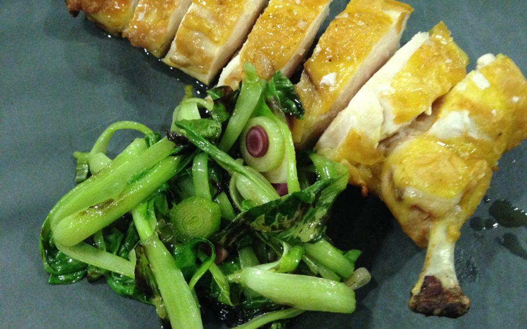 Pit de pollastre cuit a baixa temperatura amb Pak Choi i all