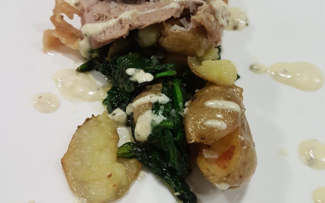 Cuixa de xai a la sal, amb patates i espinacs cruixents